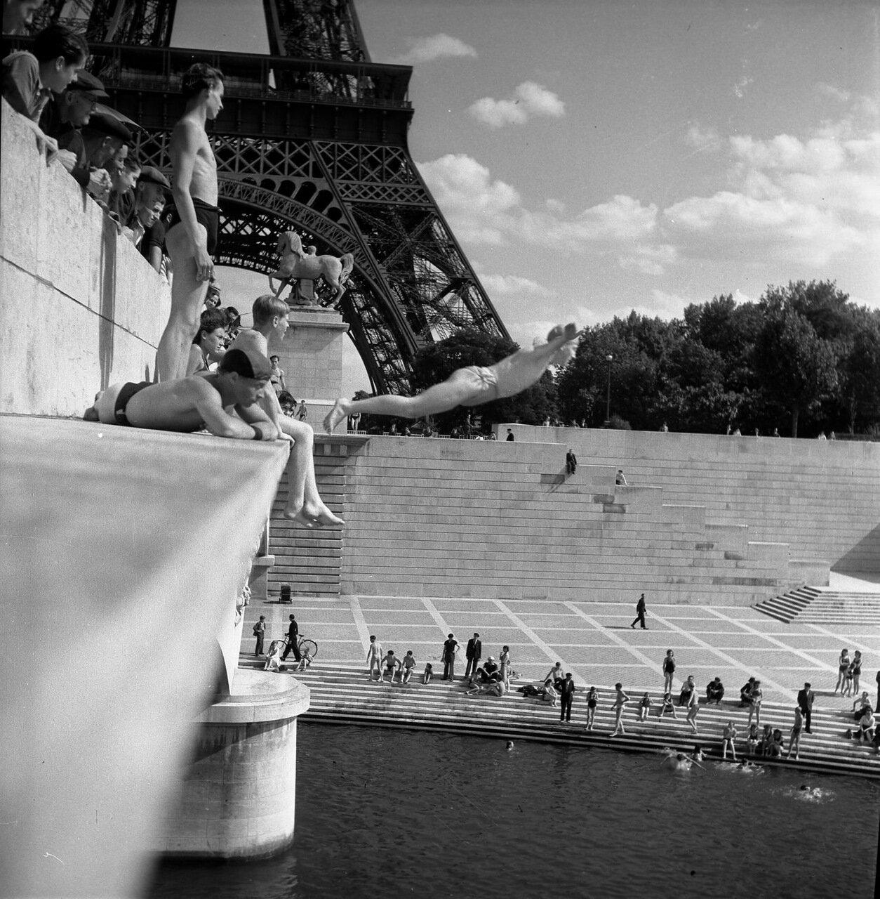 1945. Ныряльщики с моста Йены