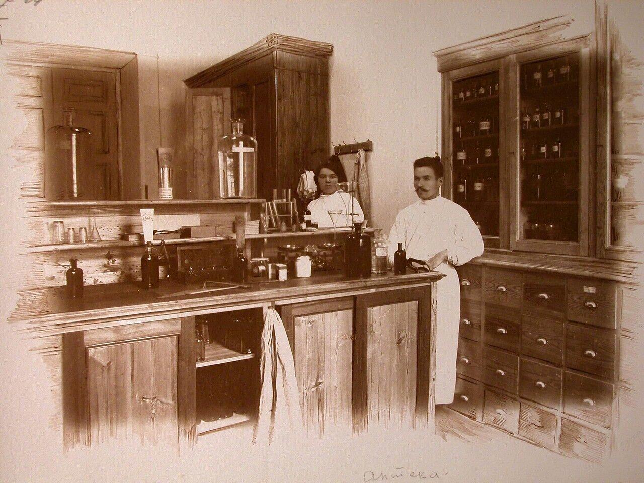 14. Работники госпиталя в помещении аптеки