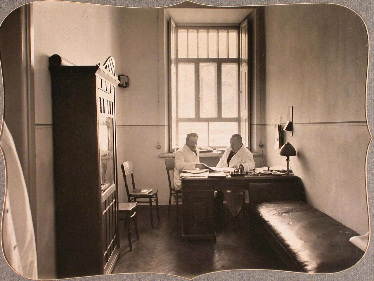28. Врачи лазарета общины во время совещания в кабинете старшего врача