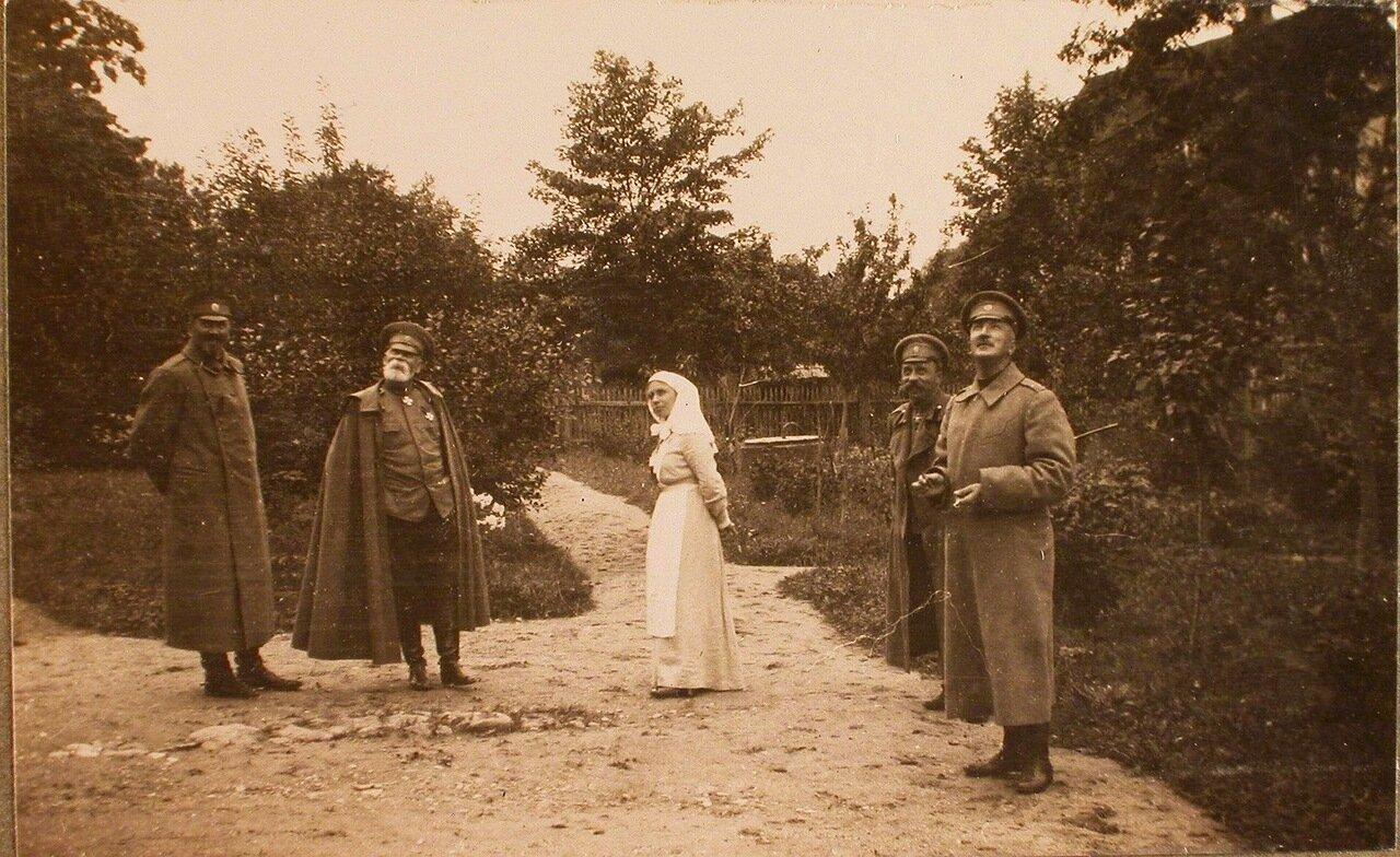 08. Командующий XII армией генерал от инфантерии В. Н. Горбатовский (второй слева) и начальник штаба Генерального штаба генерал-майор Беляев (крайний справа) на парковой дорожке