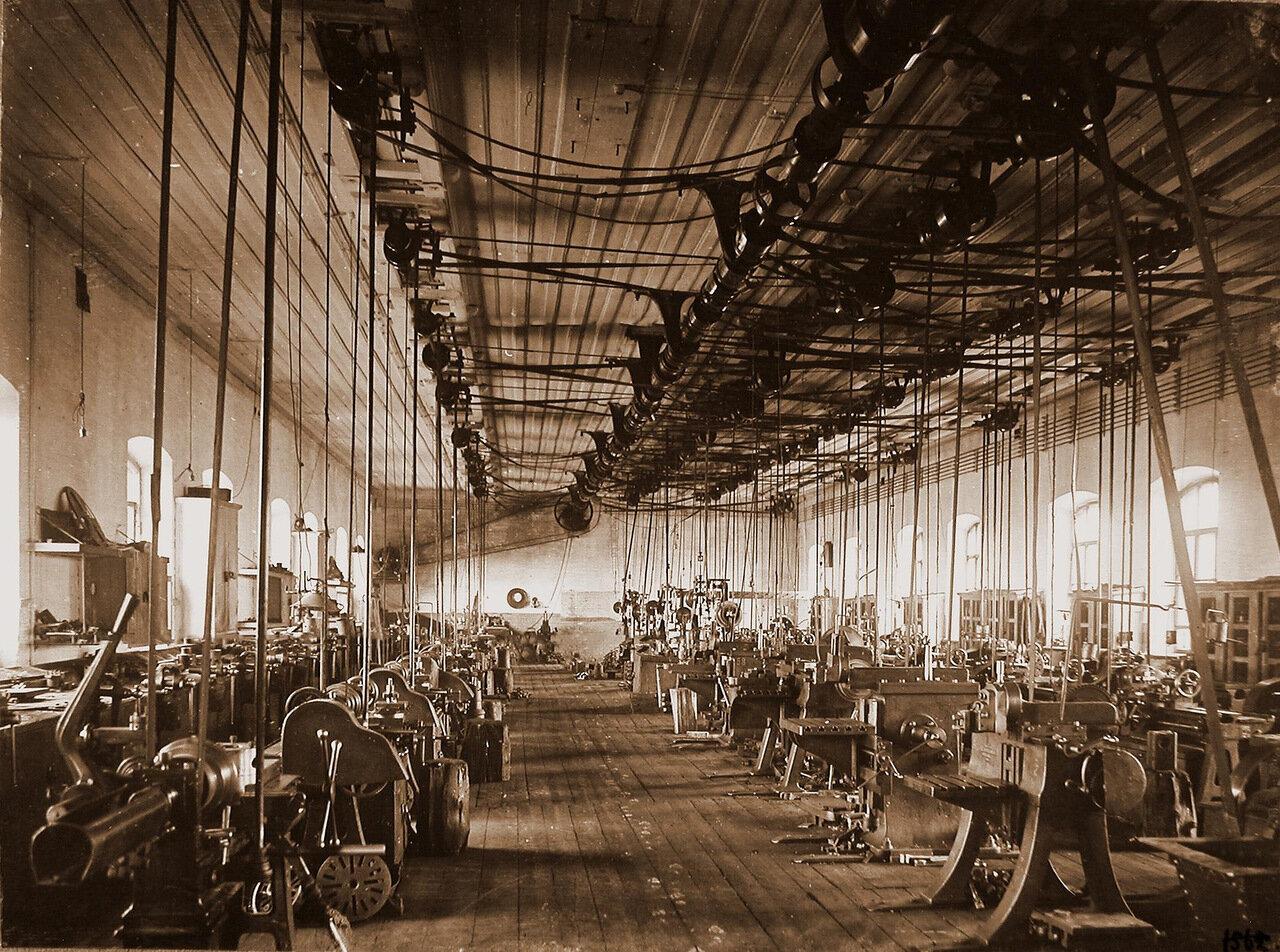 29. Общий вид станков по изготовлению колесных пар в одном из цехов мастерской