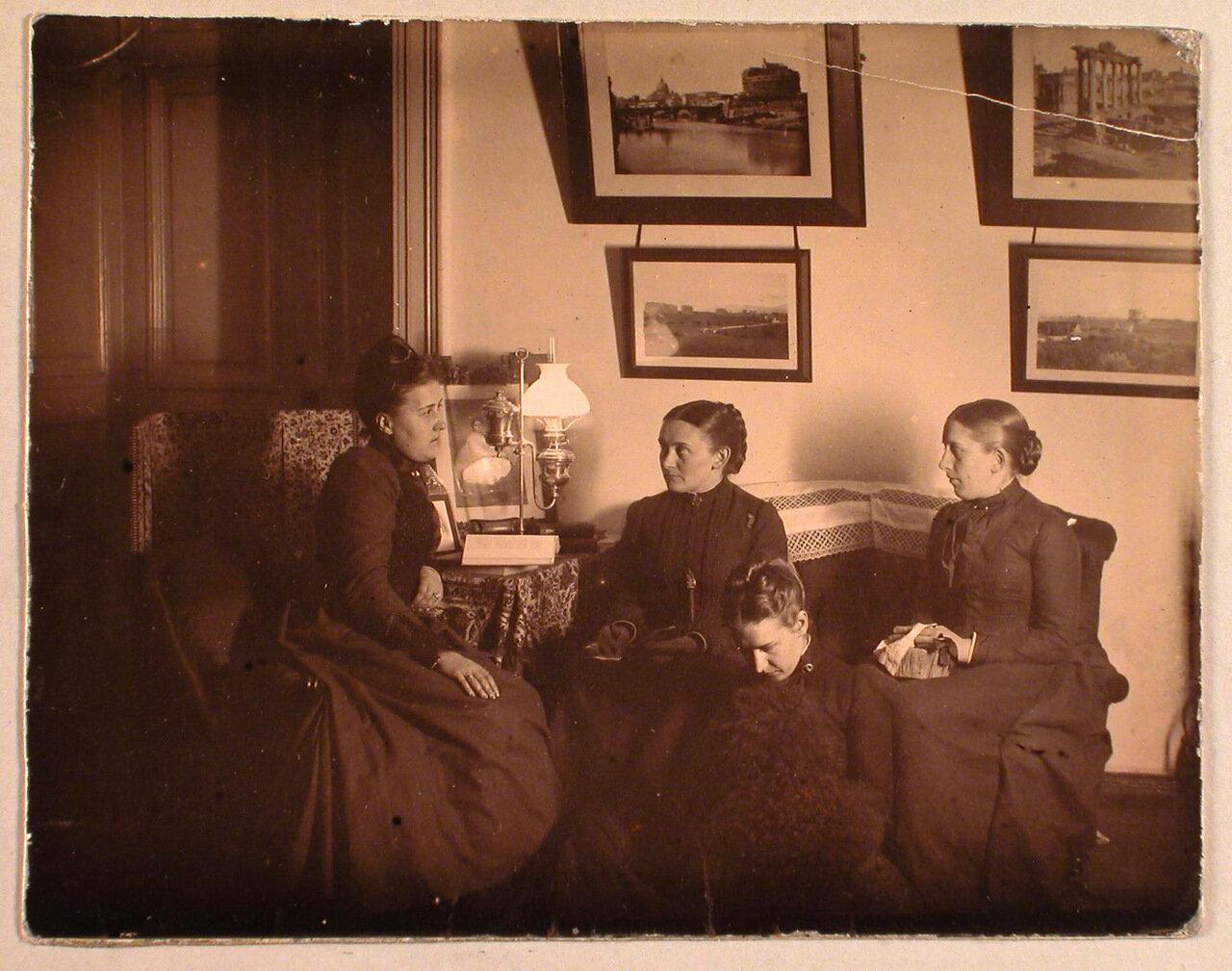 59. Сестры Николаи в гостиной усадебного дома; Мария Николаевна (сидит на диване в центре), Александра Николаевна (справа); у их ног сидит Софья Николаевна. Середина 1890-х