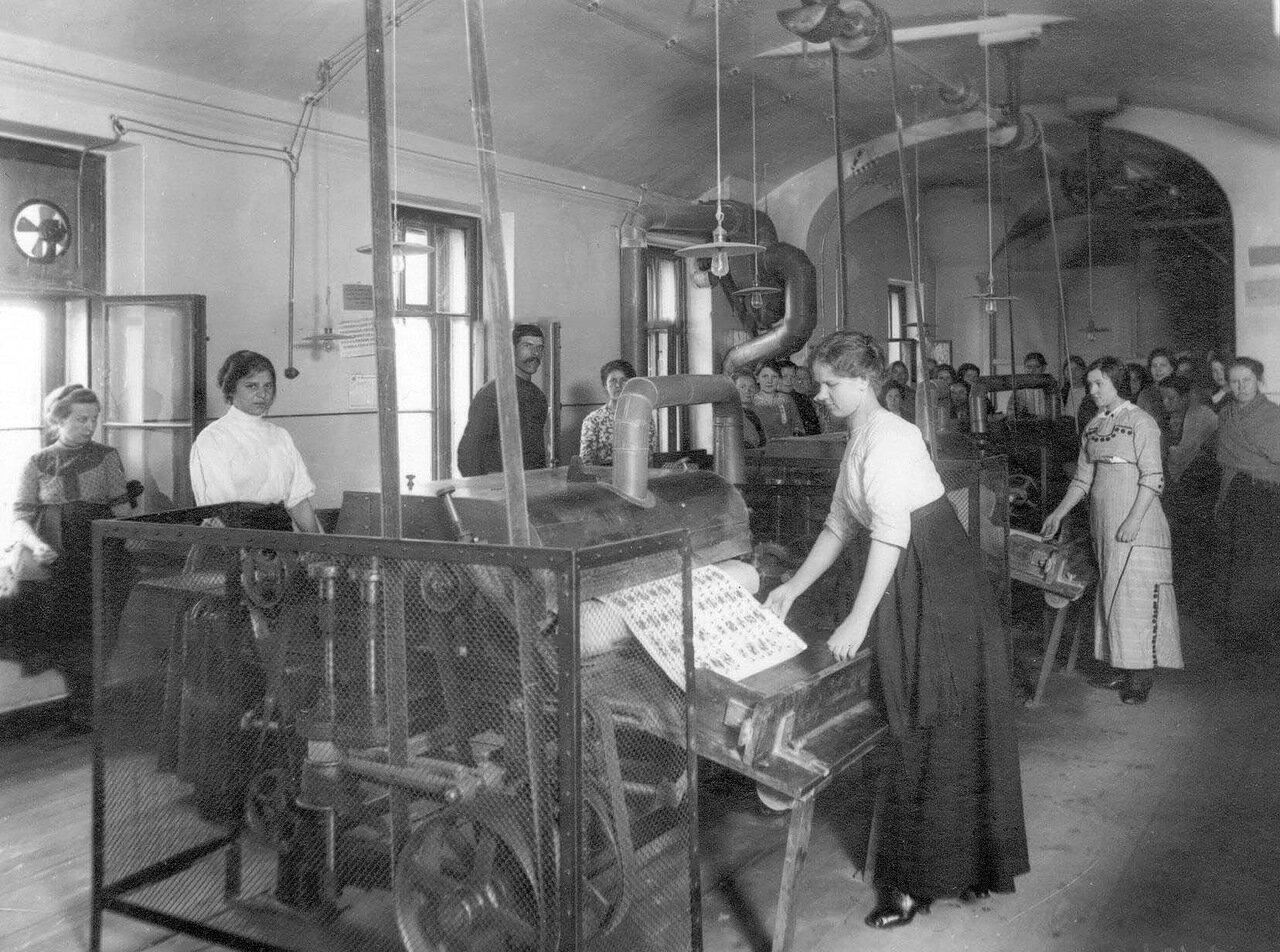 03. Внутренний вид фабричного цеха. 1913