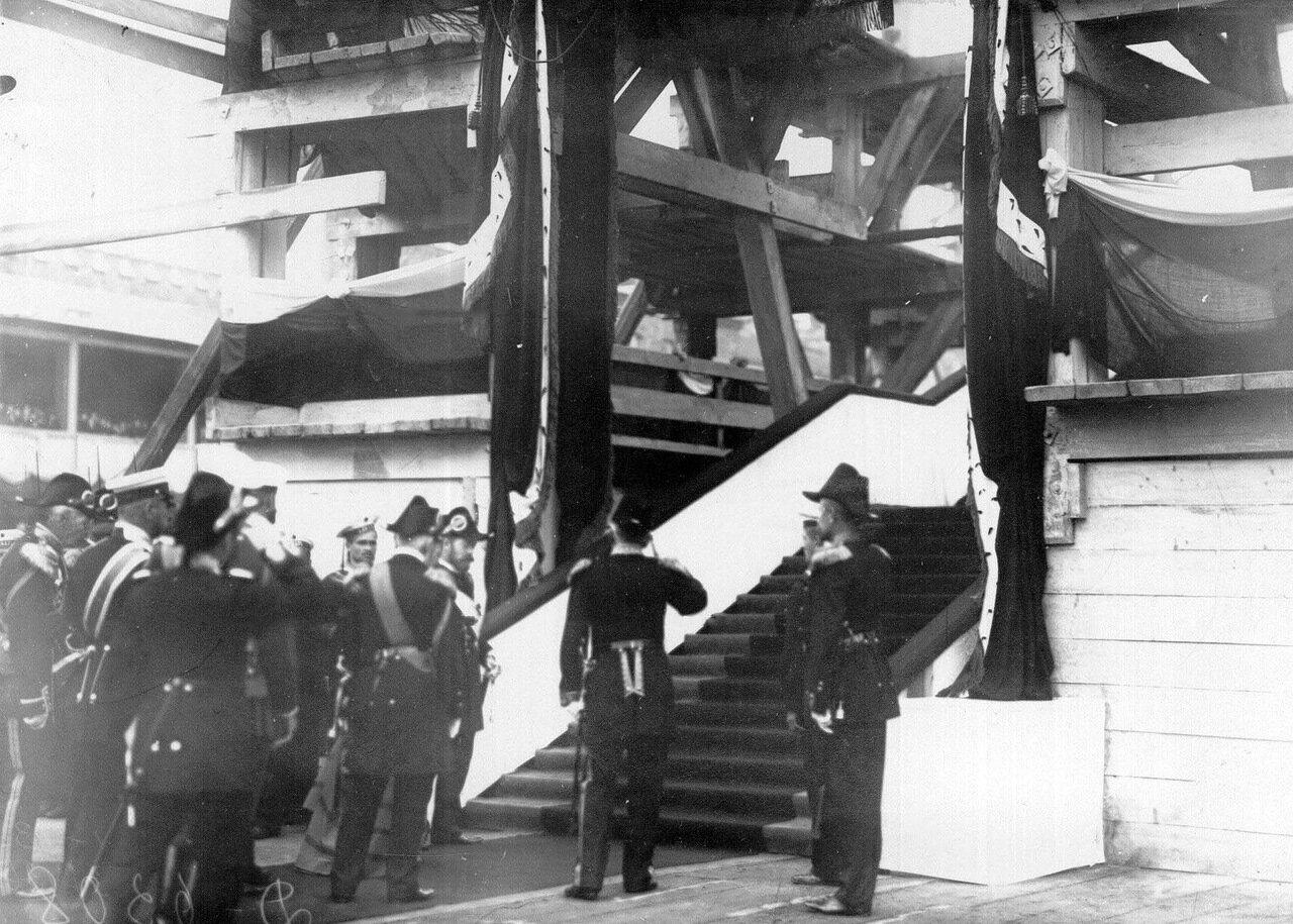12. Император Николай II со свитой направляется на осмотр доков. 1909