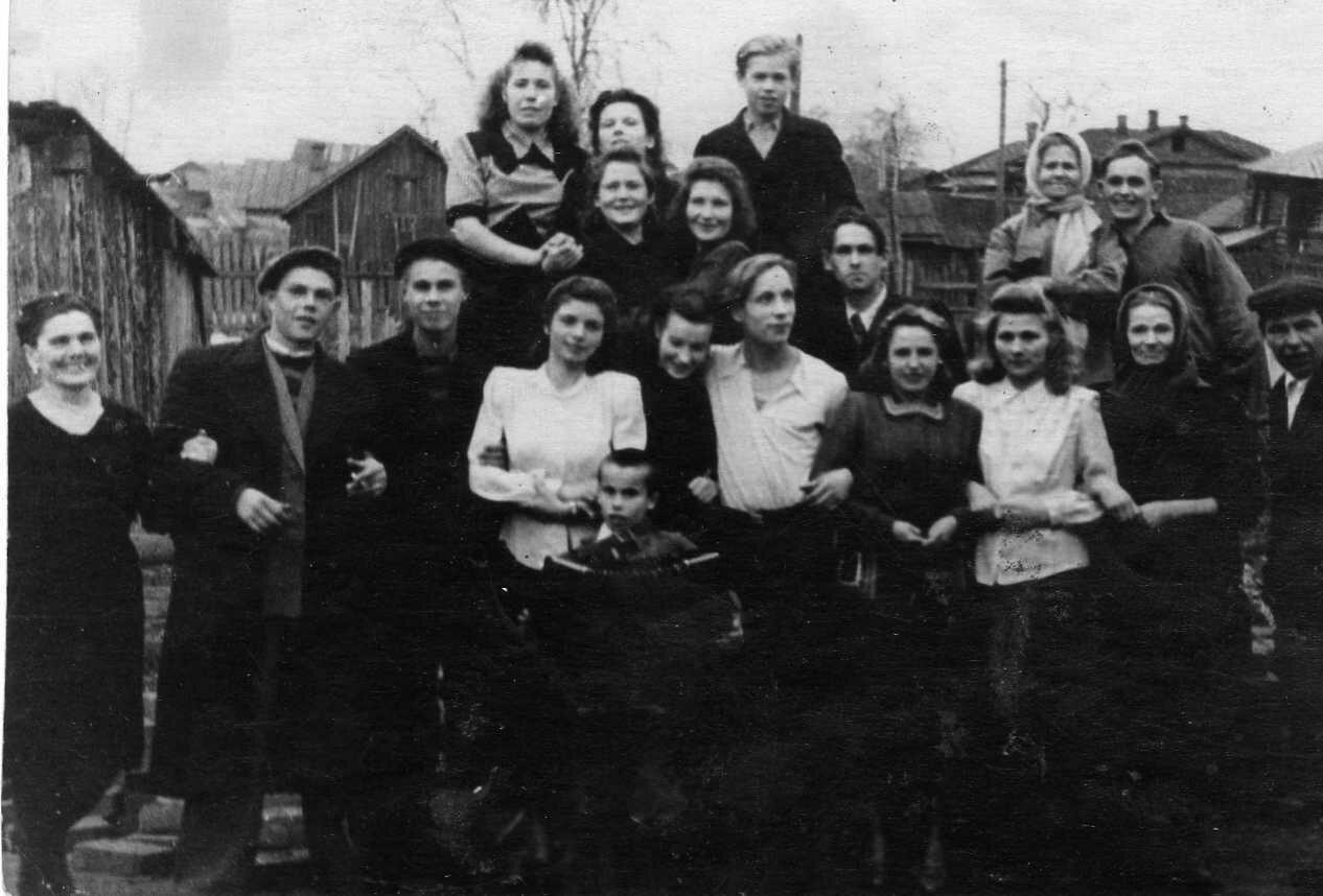 1947. Во дворе дома №58 по Лесной Набережной