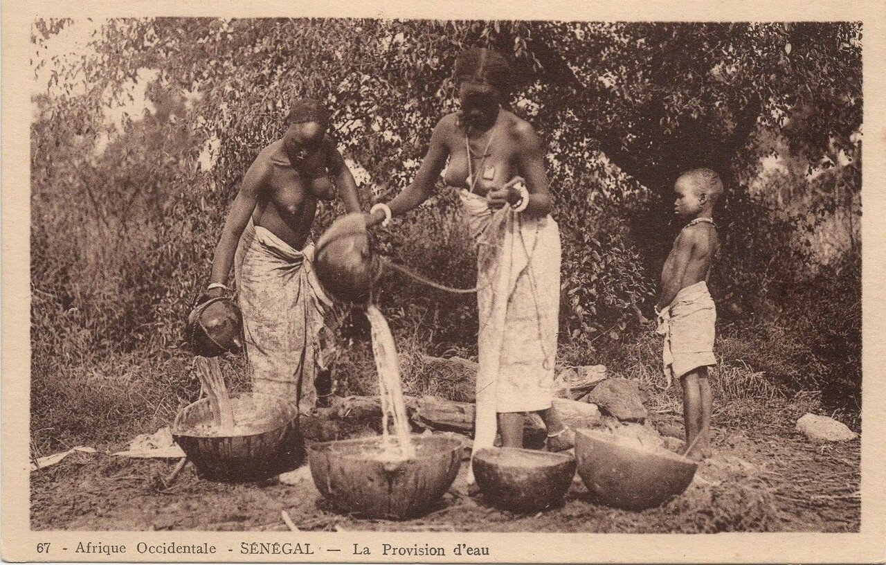 Сенегал. Женщины набирают воду