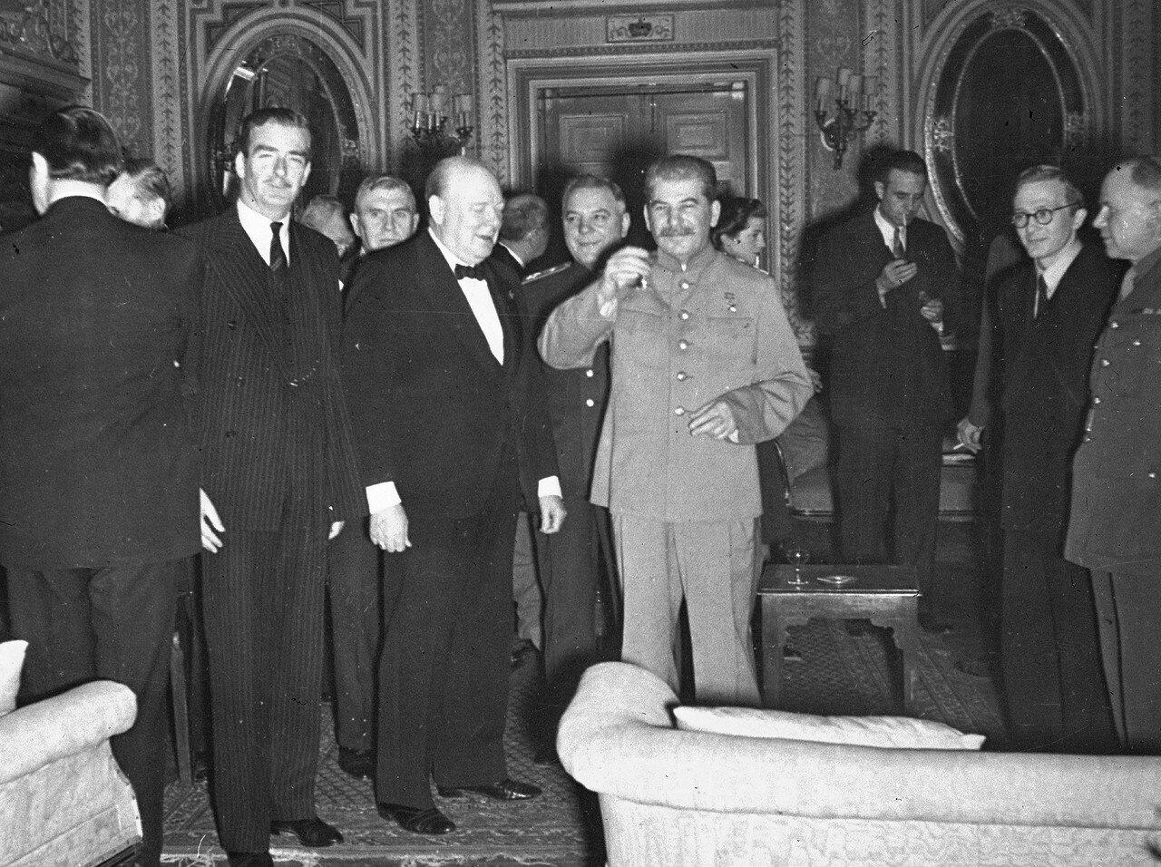 1943. Сталин произносит тост на дне рождении Черчилля во время Тегеранской конференции. 30 ноября