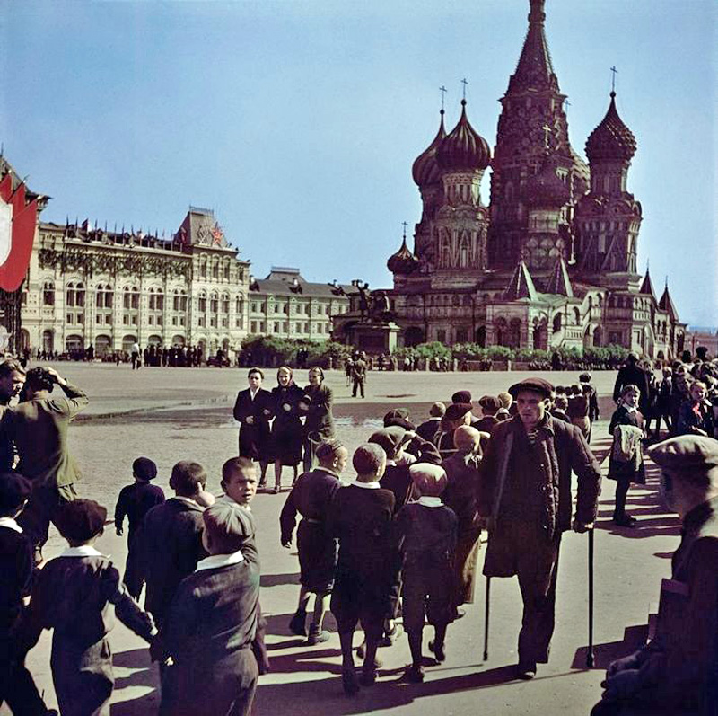 1947. Visitors at Red Square2.jpg