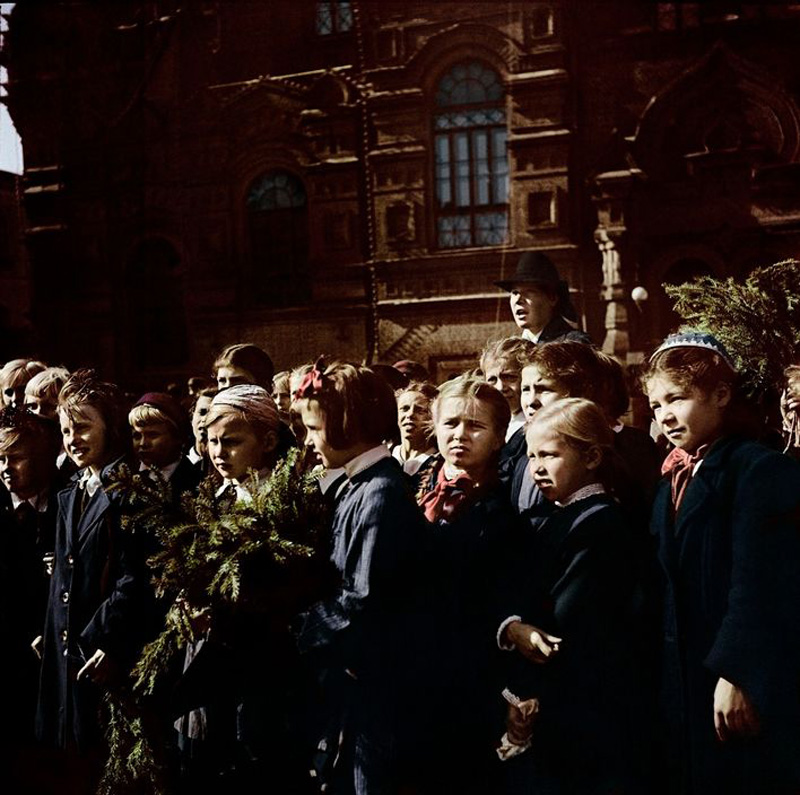 Moscow. 1947. Young visitors at Red Square.jpg