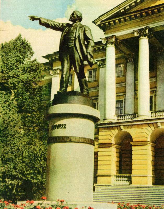 Памятник В. И. Ленину у Смольного