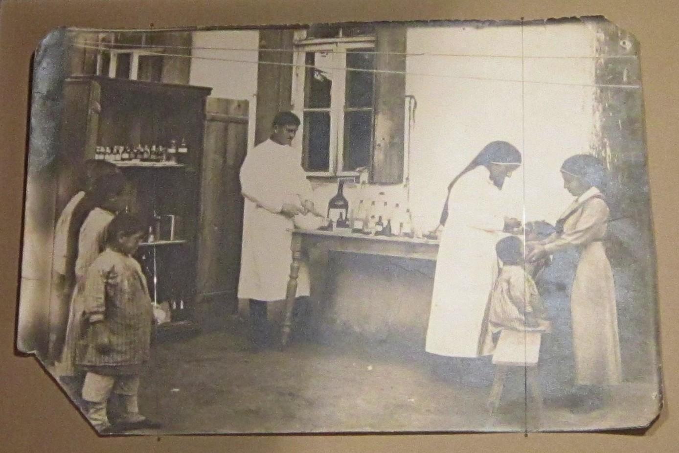 Оказание медицинской помощи сиротам - жертвам геноцида армянского народа.
