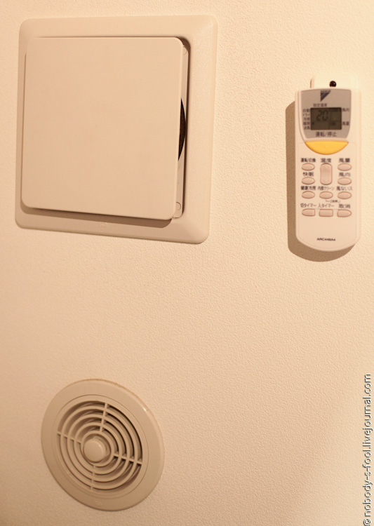 Электронное и техническое оснащение ванной, туалета и других комнат в среднестатистической японской квартире