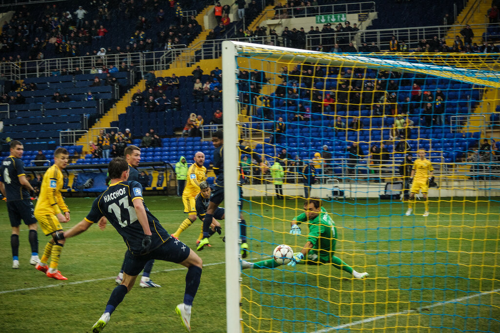 Назаренко забивает в ворота Металлурга на 82 минуте