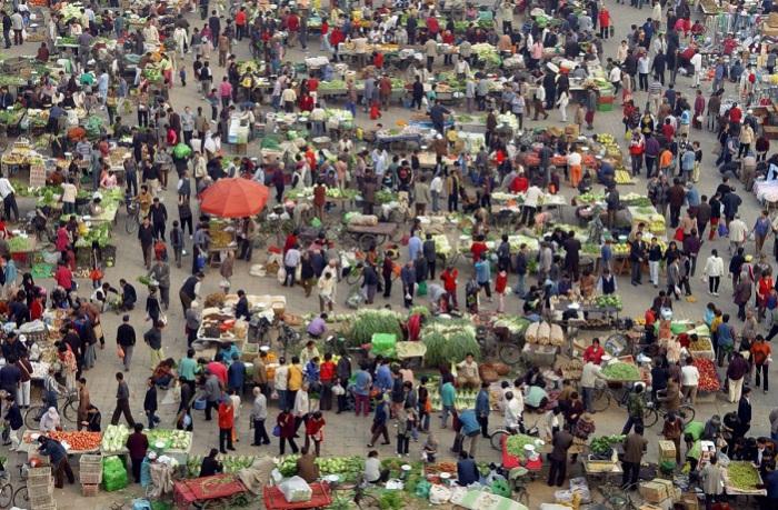 Люди покупают овощи на рынке в Пекине. 14. Китайский Новый год