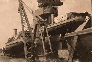 Разъездные катера, установленные на палубе линейного корабля Севастополь.