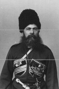 Урядник конвоя в папахе (портрет).