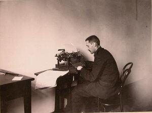 Солдат, потерявший кисти рук, обучается работе на пишущей машинке в доме призрения для увечных воинов.