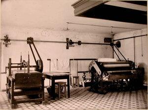 Гладильная машина,установленная в помещении прачечной дома призрения для увечных воинов.