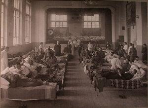 Раненые в палате лазарета,устроенного в Алексеевской психиатрической больнице.