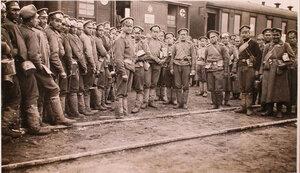 Солдаты с котелками во время получения обеда у подвижной кухни, устроенной в одном из вагонов перевязочно-питательного поезда №13, организованного отрядом Красного Креста В.М.Пуришкевича.