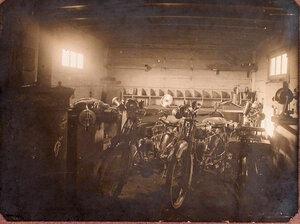 Мотоциклы штаба 27 армейского корпуса подготовленные для ремонта в помещении подвижной авиационной мастерской.