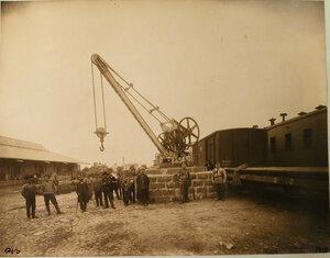 Группа рабочих у подъёмного крана на товарной станции. Вильна ст.