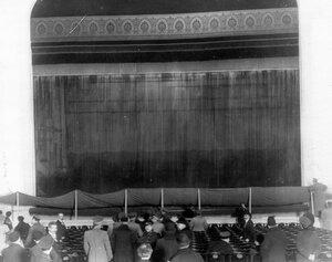 Сцена Нового зала Народного дома императора Николая II, подготовленная к проведению опытов по тушению пожара.