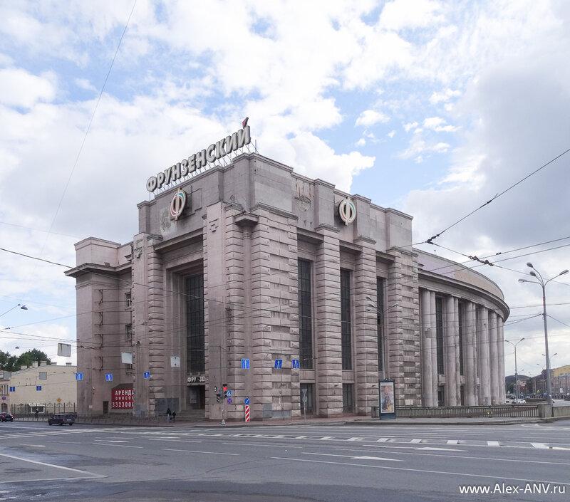 Фрунзенский универмаг на углу Московского проспекта и Обводного канала кажется ещё не открыли.