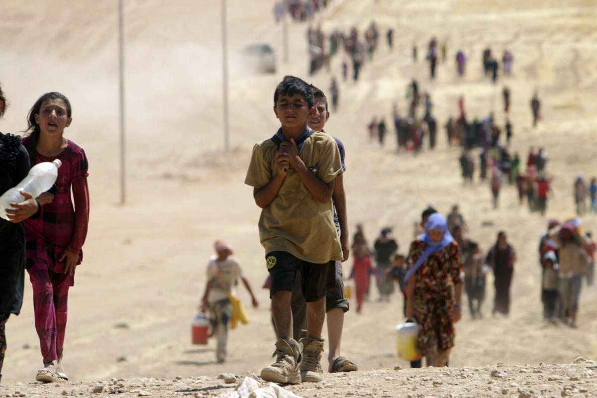 Изнеможденные дети-беженцы в пути