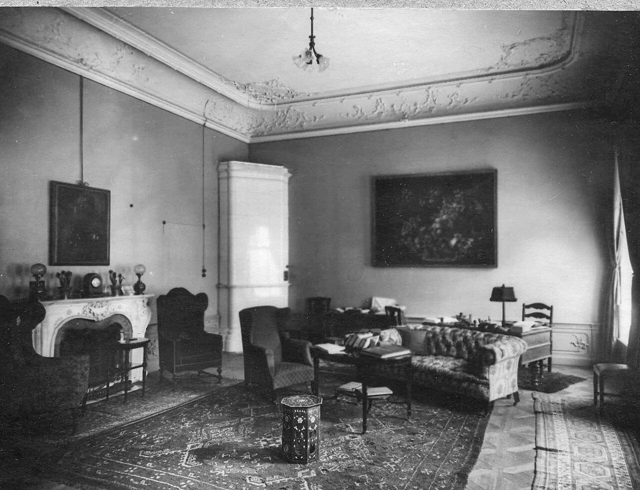 34. Вид рабочего кабинета посольства