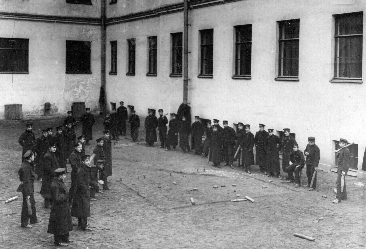 20. Ученики за игрой в городки во дворе училища
