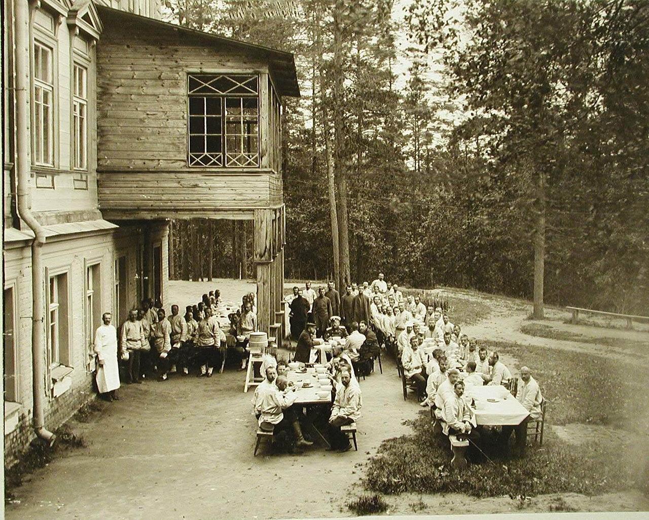 09. Раненые солдаты во время обеда на свежем воздухе около здания здравницы императрицы Марии Федоровны для раненых и больных воинов