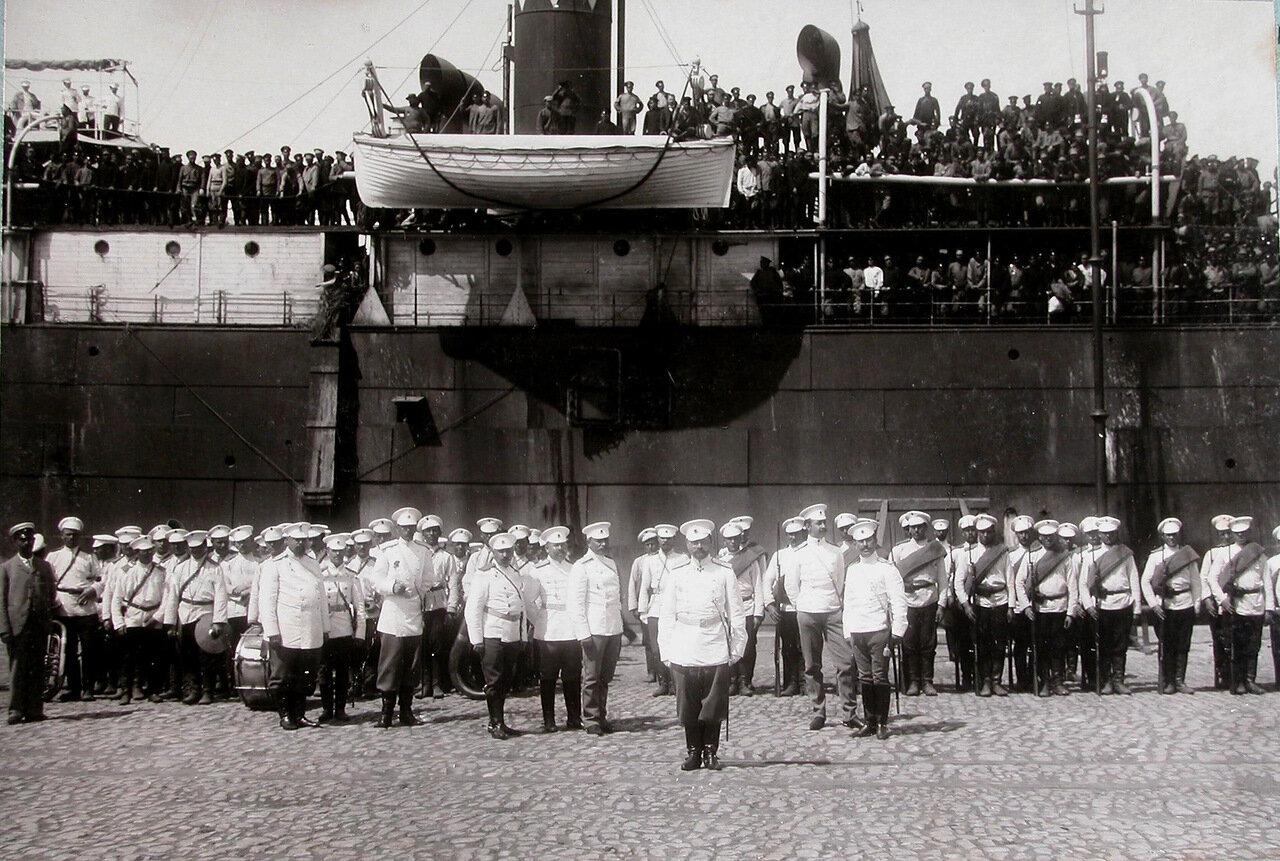 13.Духовой оркестр, рота почетного караула, офицеры на пристани в порту во время встречи прибывшего с Дальнего Востока парохода с эвакуируемыми