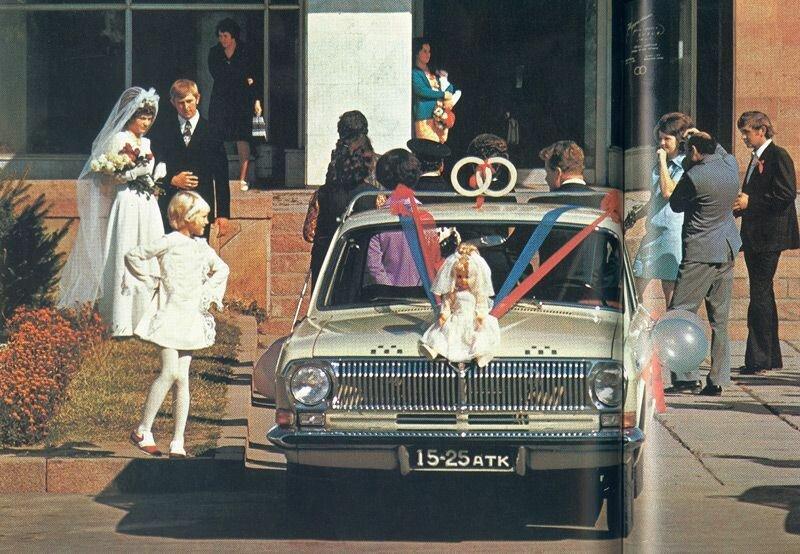 Молодожены фотографируются перед Дворцом бракосочетаний. В Алма-Ате, как и по всей стране, эти учреждения управляются муниципальными властями