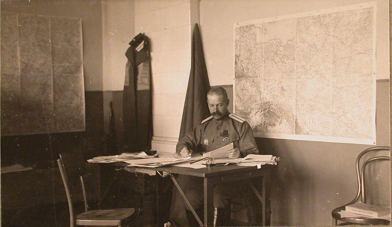 17. Один из офицеров штаба за работой в кабинете. Ковель. 1915