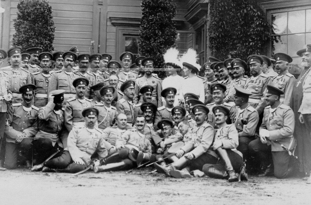 21. Император Николай II, великие княжны Ольга и Татьяна среди офицеров полка. Петергоф. 29 июня 1913