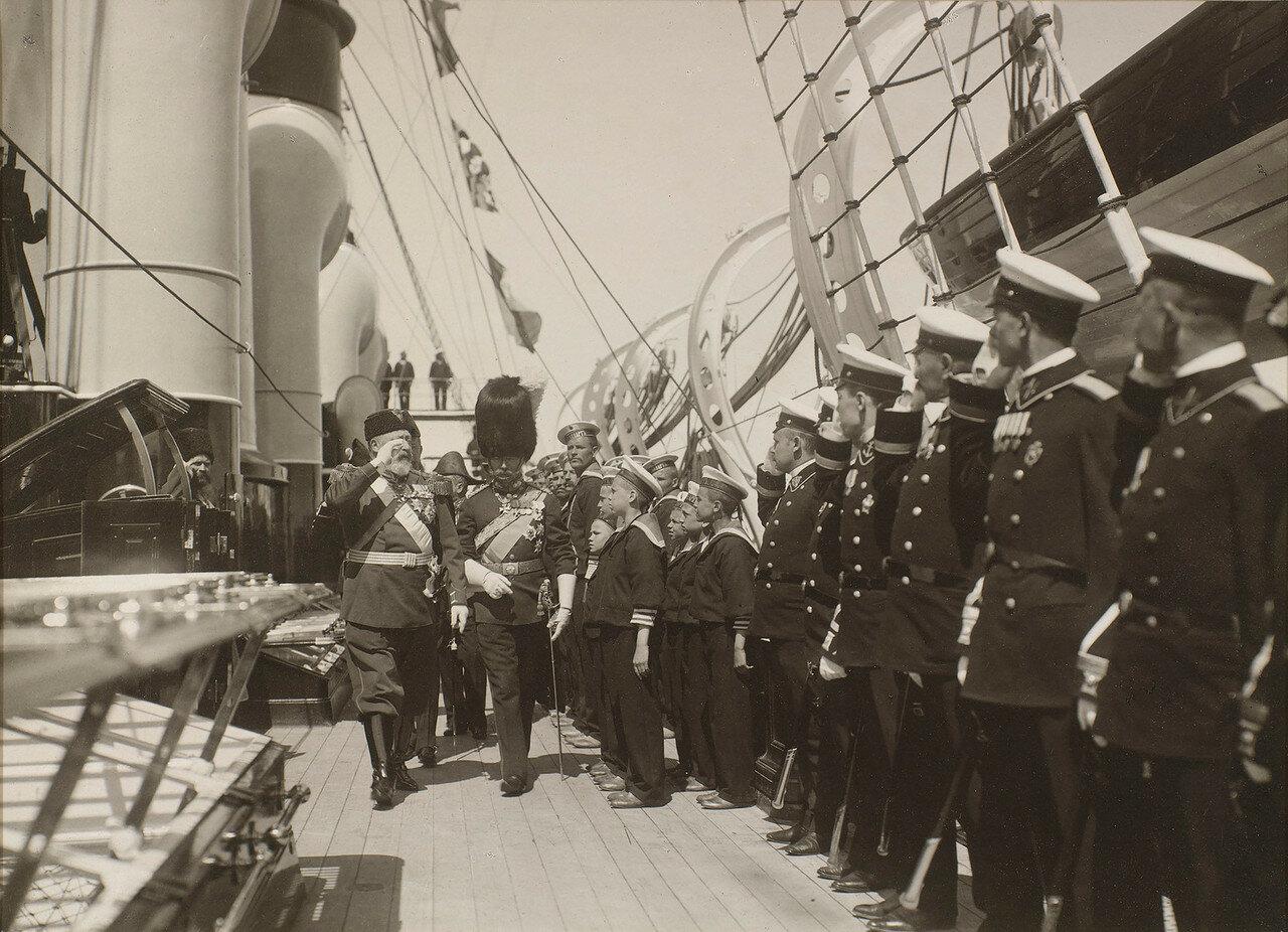 42. Король Эдуард VII и император Николай II проходят мимо строя морских офицеров и матросов