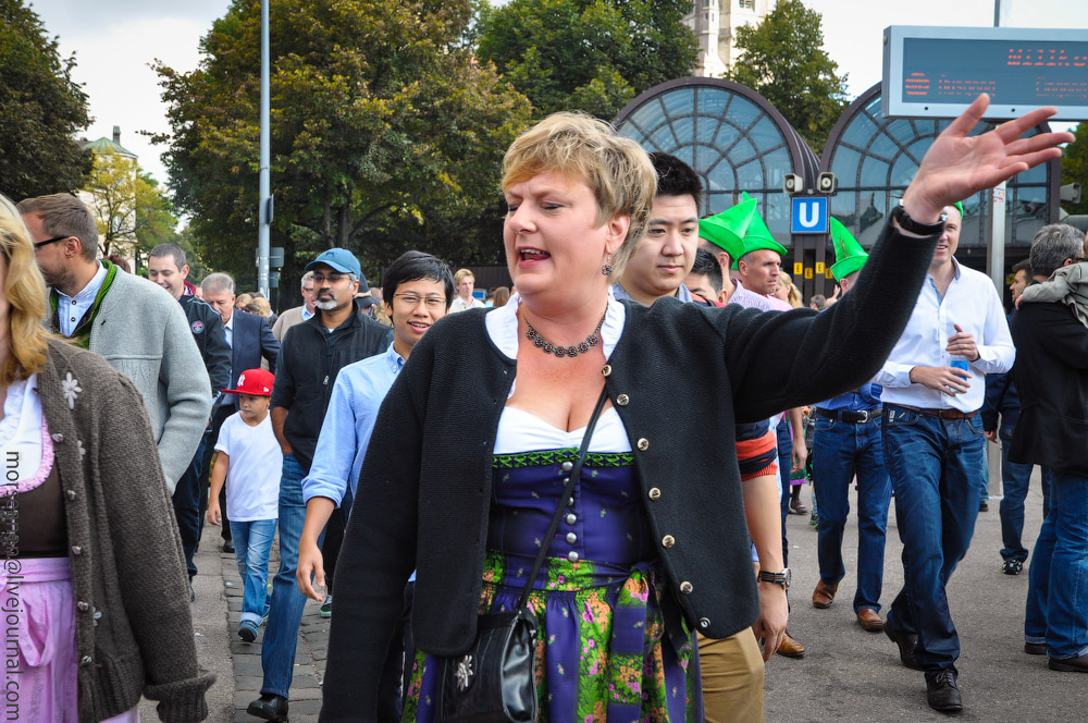 Женские выпуклости и впадины на Октоберфесте girls-Oktoberfest-(3).jpg