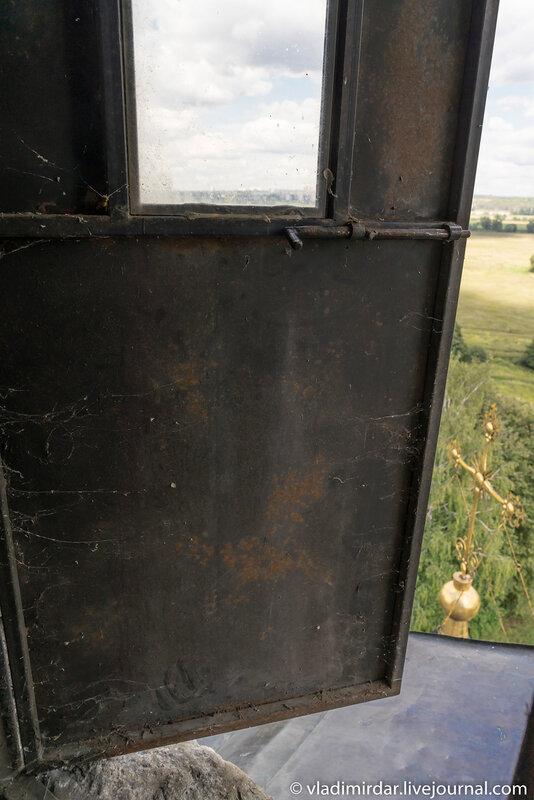 Наружняя дверь сторожевого поста храма Спаса Преображения в селе Остров