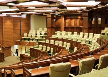 Депутатам, прогулявшим вчера заседание парламента, грозит наказание