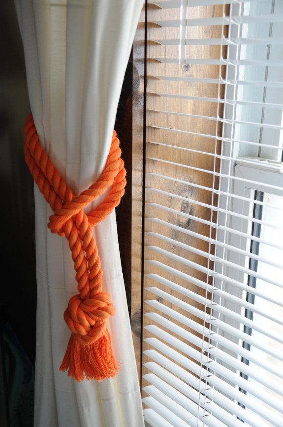 белая штора, захват из оранжевого каната