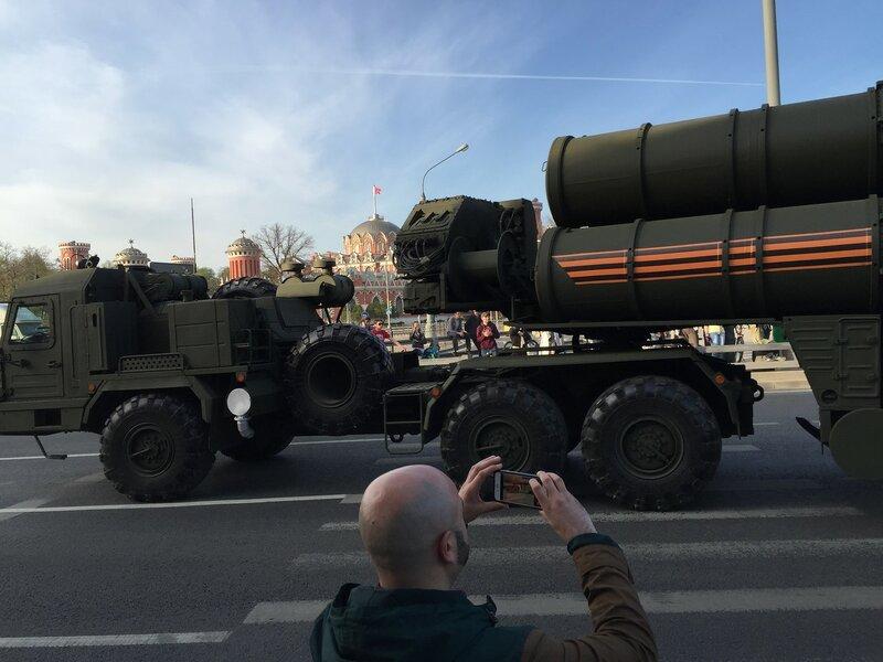 Зенитно-ракетный комплекс С-400 «Триумф» на фоне Путевого дворца