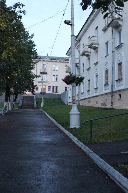Центральная площадь Новоуральска вечером.