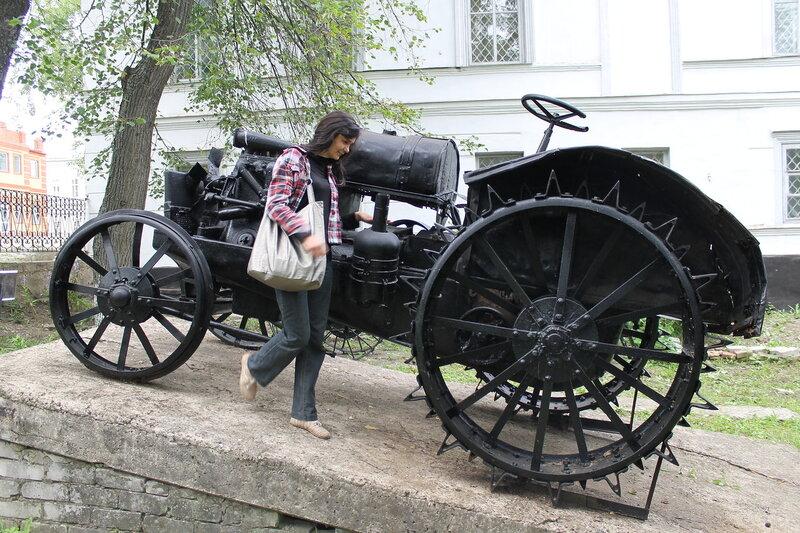 Парк старинной техники у Музея.