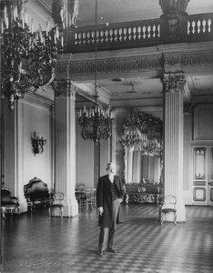 Посол Турхан-паша в зале посольства.