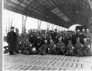 Группа медицинского и обслуживающего персонала поезда на перроне вокзала