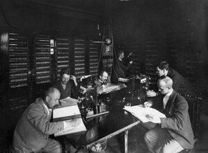 Группа служащих телефонной станции за работой.