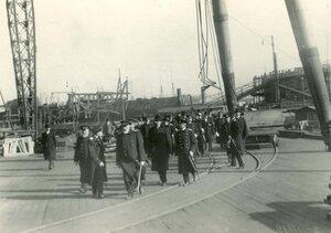 Группа инженеров  завода в день закладки зданий отдела Подводного плавания в присутствии морского министра адмирала И.К. Григоровича ( на первом плане в центре).