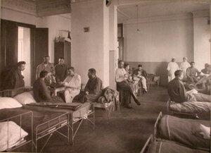 Раненые в палате лазарета,устроенного в Грузинском городском училище.