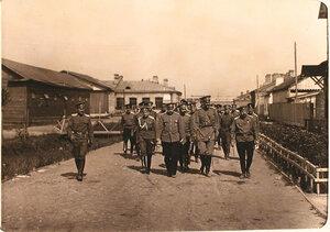 Великий князь Александр Михайлович (второй справа на переднем плане) и сопровождающие его офицеры во время обхода территории и помещений авиарот.